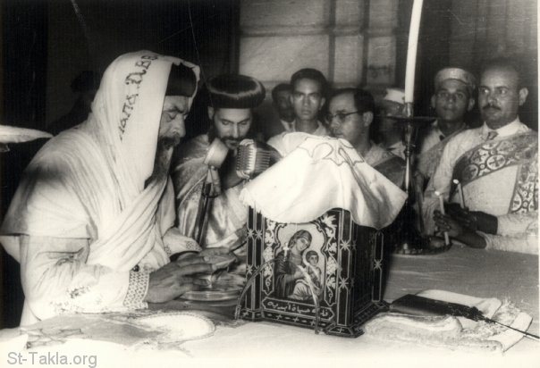 St-Takla.org Image: His Holiness Pope Kirellos VI (Pope Cyril VI) praying the Holy Liturgy ���� �� ���� ������ ����: ����� ������ ����� ������ ���� ������ ������