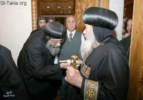 St-Takla.org Image: His Grace Bishop Tawadrous, the General Bishop of Beheira being blessed by His Holiness the late Pope Shenouda III ���� �� ���� ������ ����: ����� ����� ������ ������ ������� ��� ���� ��� ������� �� ���� ������� ����� ������ ����� ������ ��� ���� ��� ����� �����