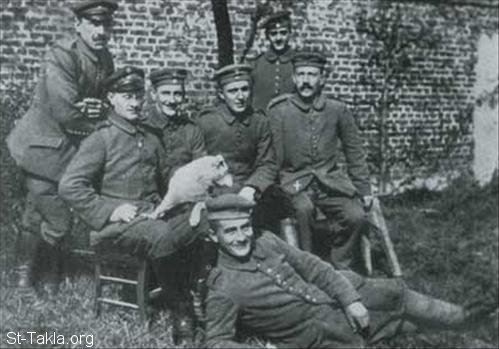St-Takla.org Image: Hitler as a soldier during the First World War (1914 - 1918), Hitler is sitting right, from German Federal Archives ���� �� ���� ������ ����: ����� ���� ��� ���� �� ����� �������� ������ (1914-1918)� ��� ���� ��� ������ �� ������� �������� ��������