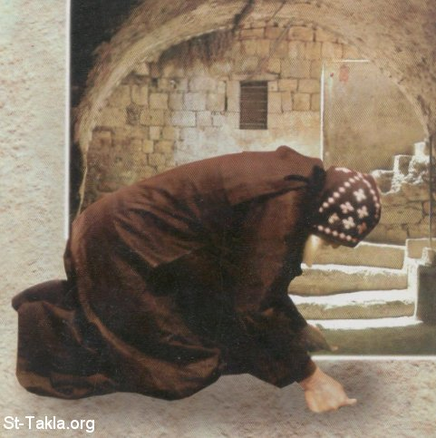 St-Takla.org         Image: Orthodox Coptic monk performing prostration ����: ���� ���� �� ������� ����������� ���� ���� ������� �� ����