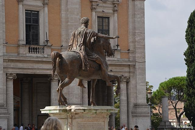 St-Takla.org Image: Replica made on 1981 from the Equestrian statue of Marcus Aurelius giving an address to his army from above his horse (Adlocutio by the Roman emperor), bronze, height: 4.24 m (13.9 ft), (photo 1) - Capitoline Museums (Musei Capitolini), Rome, Italy. It is located in Piazza del Campidoglio, on top of the Capitoline Hill. It was established in 1734. - Photograph by Michael Ghaly for St-Takla.org, September 21, 2014. صورة في موقع الأنبا تكلا: نسخة صُنِعَت سنة 1981 من تمثال برونزي يصور ماركوس أوريليوس (مرقس أوريليوس أنطونينوس أوغسطس) وهو يخاطب جيشه من فوق حصانه، طول 4,24 م. (صورة 1) - صور متاحف كابيتوليني، روما، إيطاليا. وهو مجموعة متاحف في متحف واحد، موجود في أعلى تل كاپيتوليني، وأنشئ عام 1734 م. - تصوير مايكل غالي لموقع الأنبا تكلاهيمانوت، 21 سبتمبر 2014.