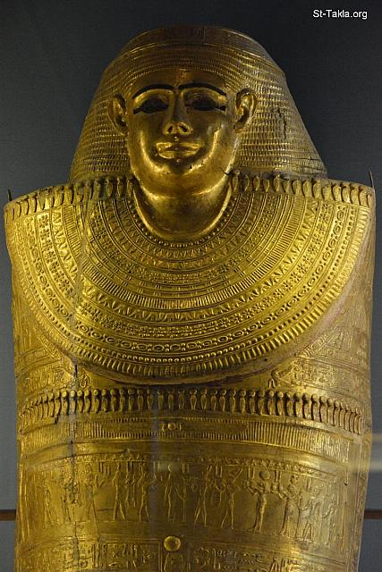 St-Takla.org Image: Gilded cartonnage of the lady Tasheret-pa-ankh (Tacheretpaankh), a cardboard which wrapped the mummy of the lady Tachéretpaânkh, 3rd-1st century BC, agglomerated, stuccoed and golden fabric; l. : 1,42 m. ; L. : 0,60 m. (Sully wing; 1st floor; From the last Egyptian pharaohs to Cleopatra, 404–30 BC; Room 644; Vitrine 12 : Mobilier funéraire) (photo 2) - The Louvre Museum (Musée du Louvre), Paris, France - Photograph by Michael Ghaly for St-Takla.org, October 11-12, 2014 صورة في موقع الأنبا تكلا: غطاء مومياء مغشى بالذهب (كارتوناج) للسيدة تاشيريت با عنخ (تاشيريتباعنخ)، يرجع للقرن 3 أو 1 قبل الميلاد، من كتل وجص وقماش ذهبي، بطول 1,42 م. (صورة 2) - صور متحف اللوفر (اللوڤر)، باريس، فرنسا - تصوير مايكل غالي لموقع الأنبا تكلاهيمانوت، 11-12 أكتوبر 2014