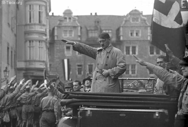 St-Takla.org Image: March past of the Nazi stormtroopers with faszistischem greeting before their leader Adolf Hitler (right standing in the picture in the car) on the square in Weimar, October 1930, photo: Georg Pahl, from German Federal Archives ���� �� ���� ������ ����: ����� ����� ���� ���� ������ �� ������ ������� ������ (��� ��� �� ������)� �� ����� ����ѡ ������ 1930� ����� ���� ���� �� ������� �������� ��������