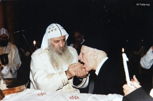 St-Takla.org Image: Dr. Ragheb Moftah taking Holy Communion with His Holiness Pope Shenouda III, 2001 photograph ���� �� ���� ������ ����: �. ���� ����� ������ �� ������� ������� ��� ����� ������ ����� �����ˡ ��� 2001