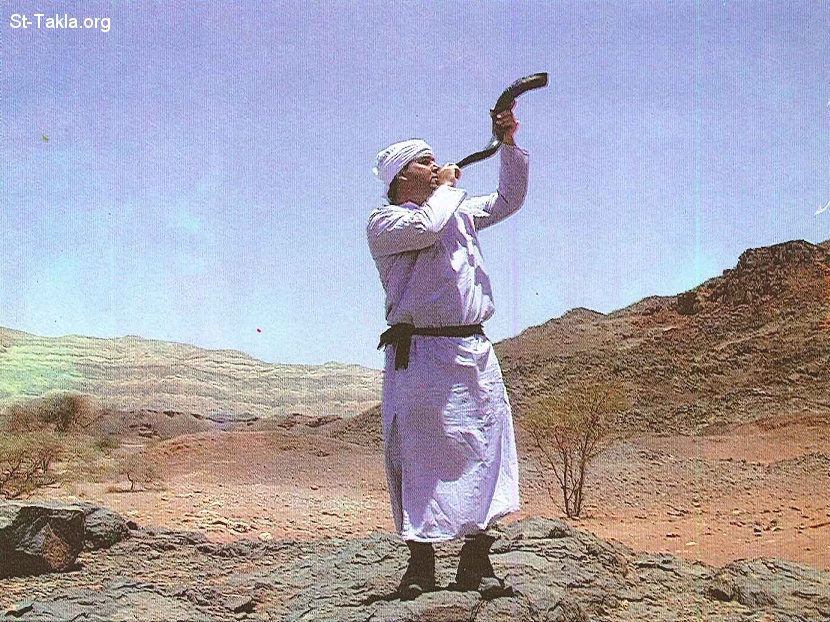 St-Takla.org           Image: A priest blowing the horn, announcing the start of the service صورة: كاهن ينفخ في البوق إيذانًا ببدء الخدمة