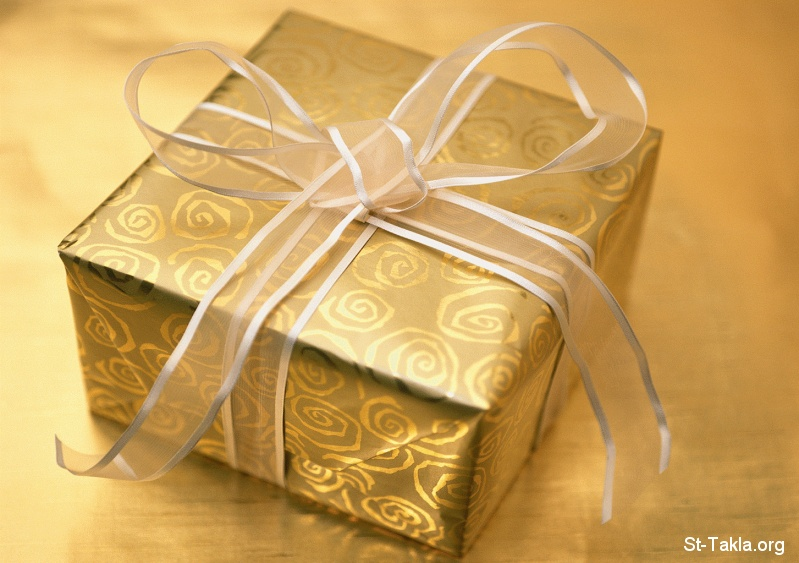 St-Takla.org         Image: A gift box wrapped in golden wrapping صورة: علبة هدية ملفوفة في ورق مذهب