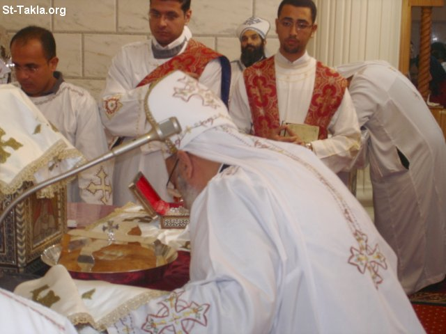 St-Takla.org Image: Priests from St. Takla Church praying the Holy liturgy, and showing the Bread's tray (Al Seniya) ���� �� ���� ������ ����:  ���� ���� ����� ������ ������ �� ����� ������ ����ǡ ����� ������� ������ ������