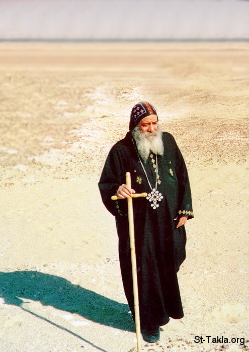 St-Takla.org Image: His Holiness Pope Shenouda III, Coptic Pope of Alexandria and Patriarch of the See of Saint Mark - a photo in the wilderness (the desert) near one of the Coptic Monasteries ���� �� ���� ������ ����: ����� ������ ����� �����ˡ ���� ���������� ������� ������� �������� - ���� �� ������ (�������) ��� ��� �������