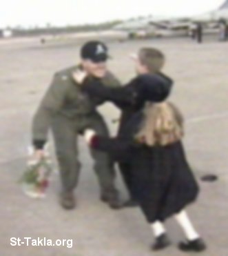 St-Takla.org Image: Pilot with his kids صورة في موقع الأنبا تكلا: طيار مع أبناءه